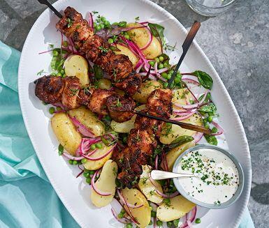 Färskpotatis hör sommaren till och potatissallad med gräslöksdressing är en klar favorit under sommarens alla grillfester. Här är ett underbart och lättlagat recept på ljummen potatissallad med potatis, krasse och gröna ärtor.