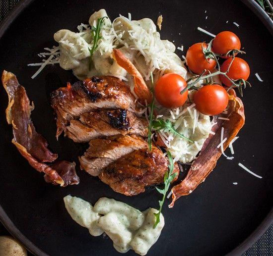 Свиное филе в глазури, картофельные гноччи в базиликовом соусе, твердый сыр, вяленая Пармская ветчина