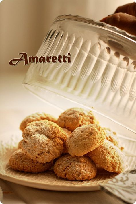 Amaretti secos - Los amaretti son unos deliciosos dulces italianos hechos con almendra y claras de huevo y con un delicioso sabor de almendras amargas. Según he leído son originarios de la ciudad de Saronno (seguro que os suena del Amaretto) y en su origen se hacían con huesos de albaricoque, pasando después a elaborarse con almendras dulces y amargas.