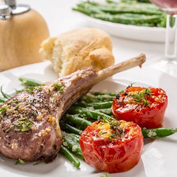 Côtelettes d'agneau, sauce à l'ail et au thym