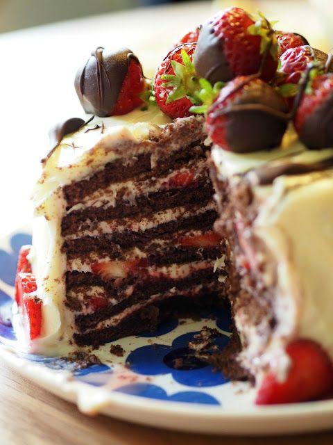 Button&Stripe: Mansikka-suklaakakku tuorejuustokuorrutuksella. Ohje blogissa.