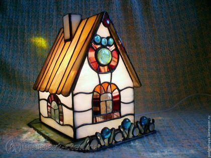 Купить или заказать Витражный домик-ночник в интернет-магазине на Ярмарке Мастеров. Домик светильник со съёмной крышей. Светильник в виде домика отлично подходит для детской комнаты. Укладывая ребёнка спать можно включать светильник в виде домика и читать любимые сказки, пробуждая фантазию малыша. Взглянуть на свой дом со стороны поможет витражный домик.