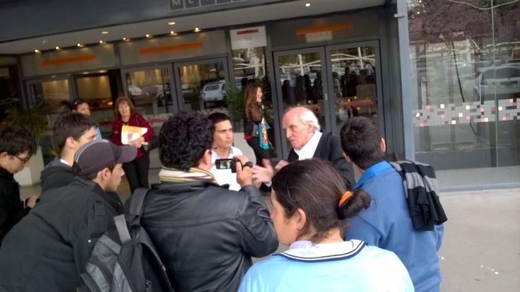 Estudiantes entrevistando al Profesor Carlos Cullen, fue un momento de mucho entusiasmo e intercambio