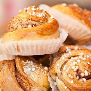 Im Café von Halb-Schwedin Frau Larsson gibt es nicht nur süße Köstlichkeiten, sondern auch herzafte schwedische Gerichte