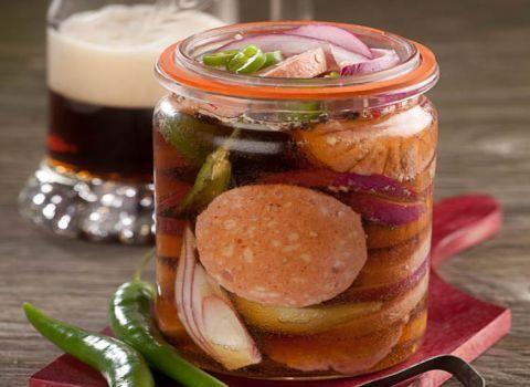 Ingredience: salám gothajský 400 gramů (vcelku), cibule červená 2 kusy, paprička chilli zelená 2 kusy, pivo tmavé 3 decilitry, ocet 3 decilitry, cukr 2 lžíce, sójová omáčka 2 lžíce, koriandr 1 lžička, sůl 1 lžička.