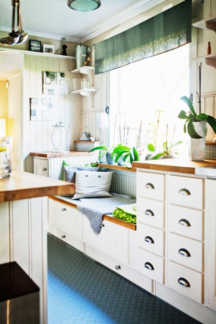 Cocina blanca con el banco de madera