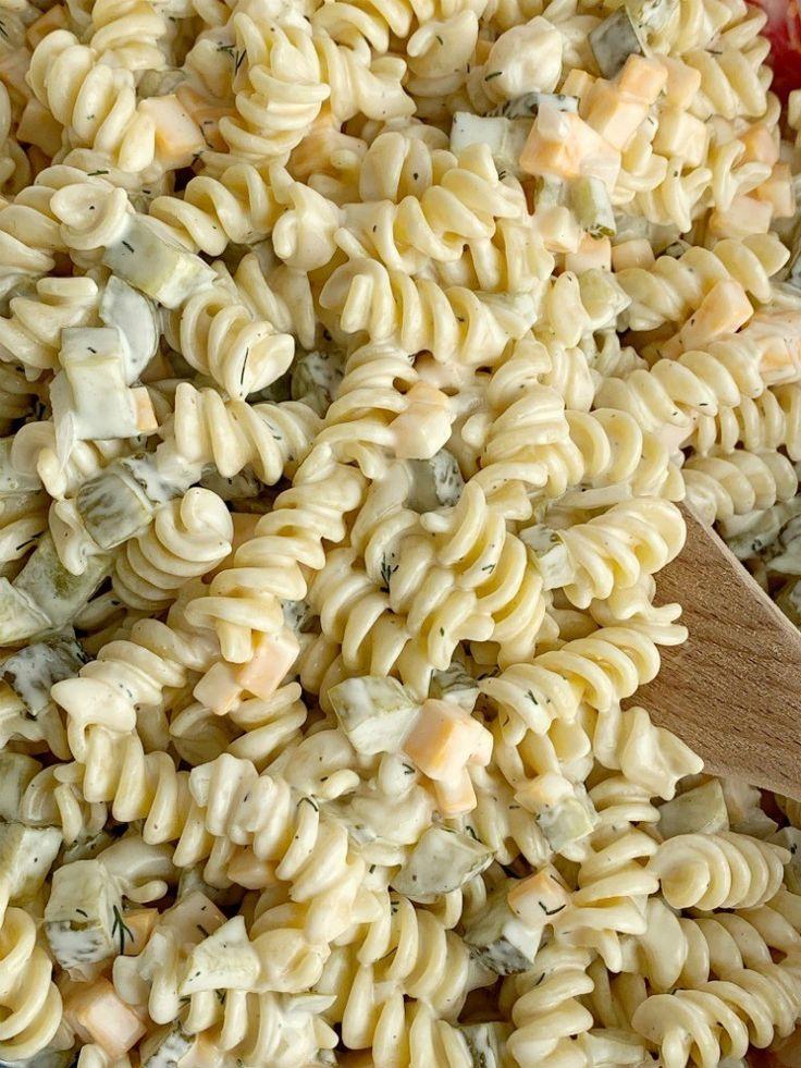 Dillgurke-Nudelsalat – zusammen als Familie  – Recipe