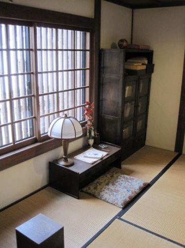 特に見どころは・・・2階にあるみすゞの部屋。 ☆みすゞの部屋 ・窓際に文机を配した和室を再現。窓から通りを眺めていたとか。 J-WAVE WEBSITE
