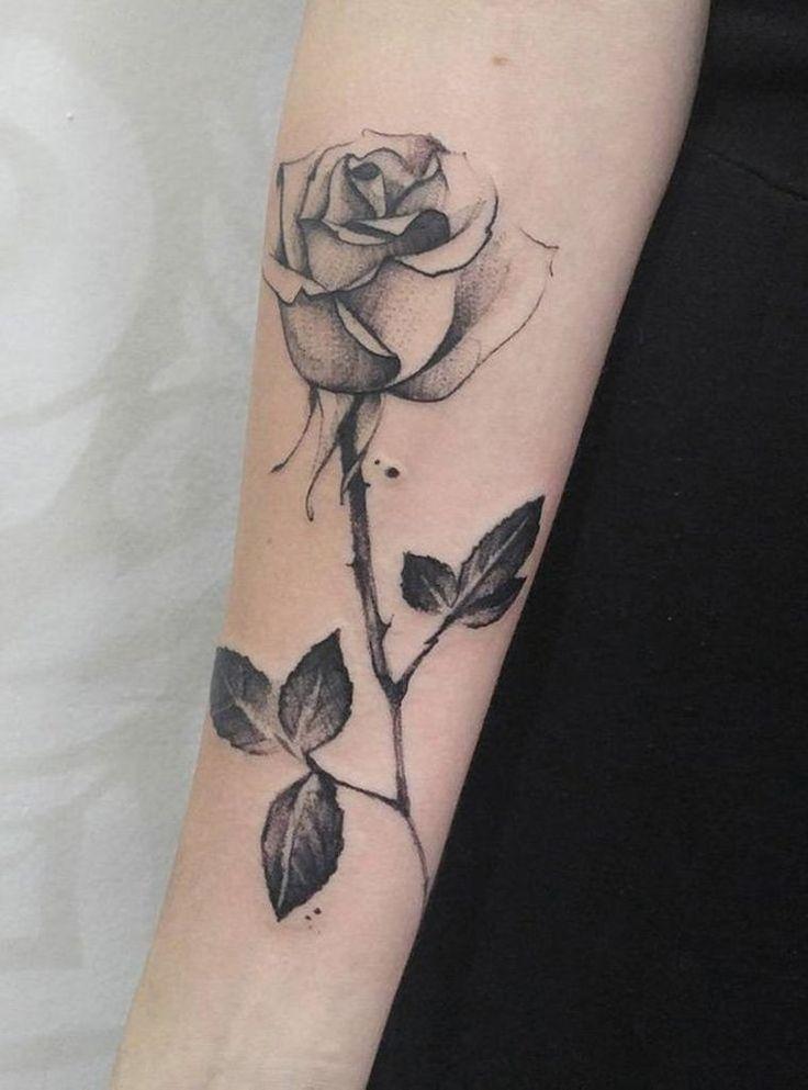 tatouage femme fleur rose sur le bras - idée et signification