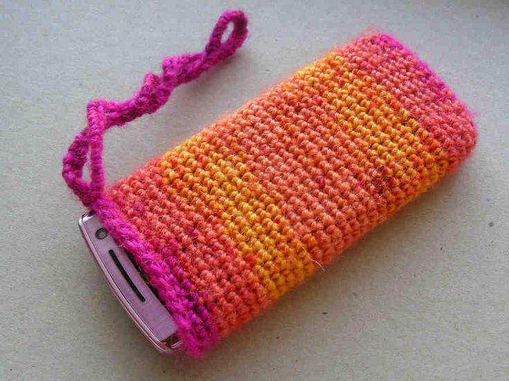 Kännykän suojapussi virkataan helposti. Tiiviisti virkattu pussi suojaa kännykkää kolhuilta ja naarmuilta.