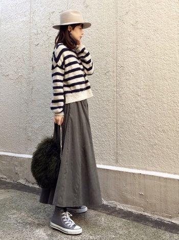 ふわっとしたフレアロングスカートにあえてスニーカーを。この「ちょっと外した感」がおしゃれ上級者さんのテクニックですね。