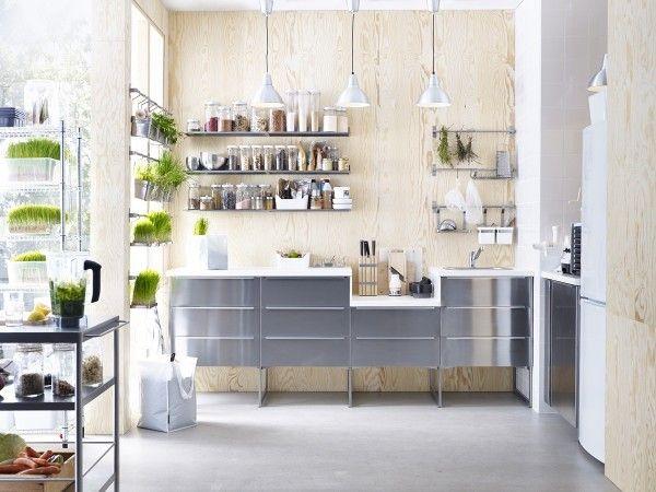 Astuce pour créer une déco scandinave dans une cuisine : un mur en bois naturel.