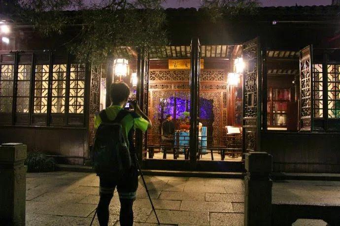Portas abertas na sala de estar da residência - jardim de um pescador em  Suzhou, província de Jiangsu, China. O salão é agora usado para encenar Suzhou Pingtan, O salão é agora usado para encenar Suzhou Pingtan, uma arte narrativa musical acompanhado por um alaúde chinês de quatro cordas.