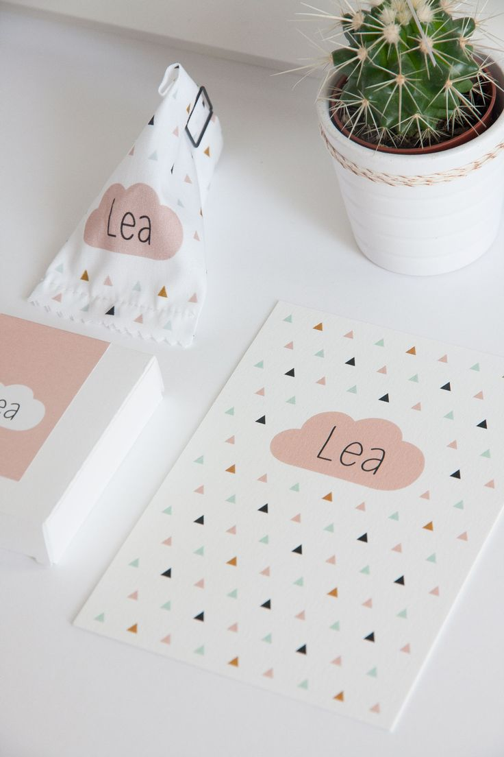 Geboortekaartje met driehoekjes en roze wolkje (c)Alsjeblief.be