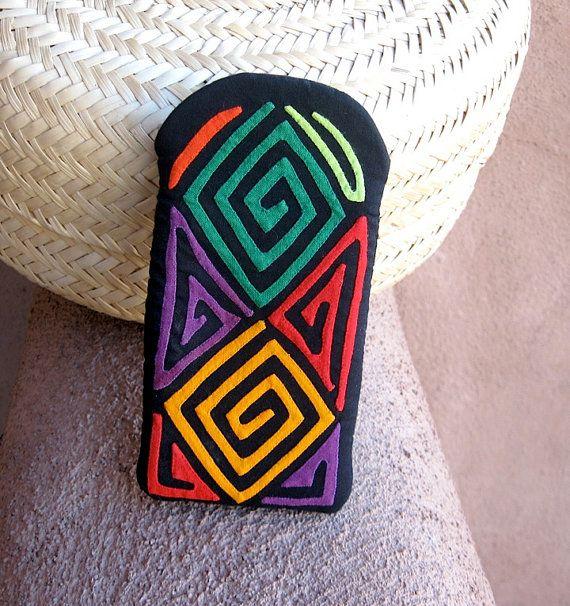 Un design de mola tribal significative en belles couleurs audacieuses! Vert, citrouille, rouge, orange, citron vert et un merveilleux raisin profond... tous à la main appliqued sur fond noir dramatique.  Ultra haute qualité, étui de téléphone bien cousue et bien rembourrée pour lunettes/cellule. Taille parfaite pour un Blackberry... ou même une petite caméra numérique!  Ces géométriques colorées «serkan» sont très traditionnels et ont été tout d'abord utilisés comme modèles de peintu...