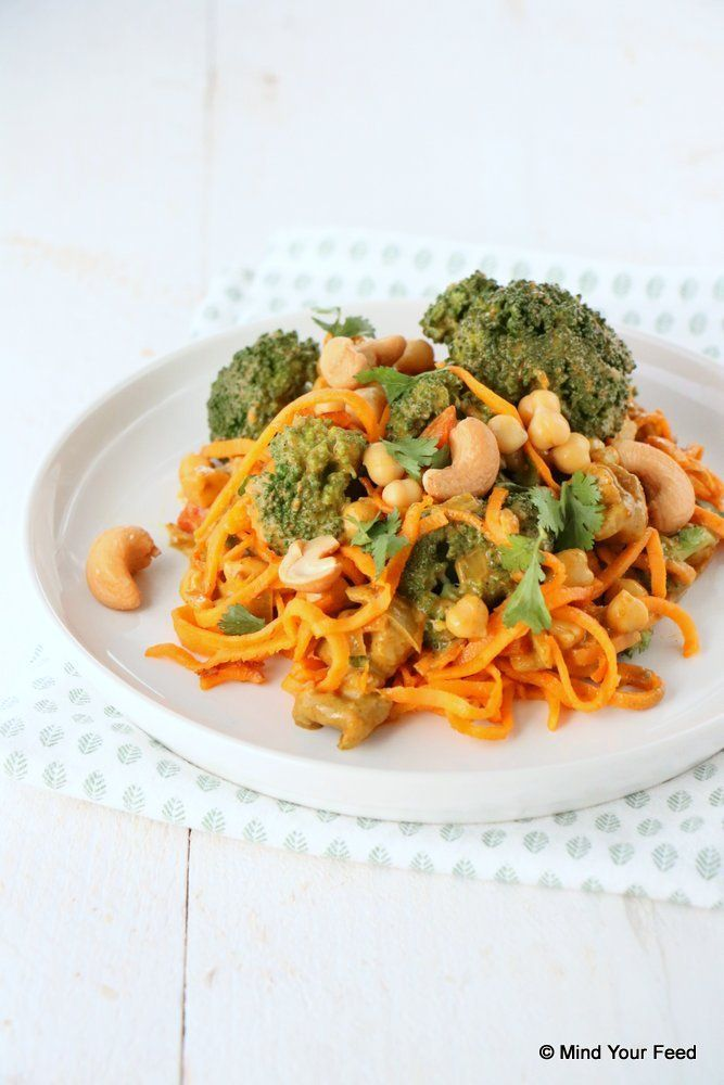 Zoete aardappel noedels met broccoli curry - Mind Your Feed