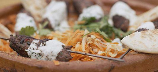 Lamskebab op een stokje met wortelsla en dipsaus met munt