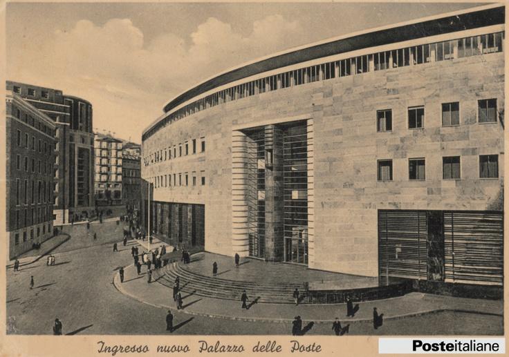 Cartolina postale del 1958 raffigurante l'ingresso del nuovo Palazzo delle Poste e Telegrafi di Napoli.