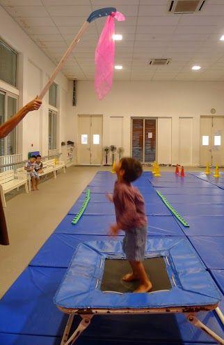 sauter depuis le trampoline pour attrapper un foulard accroché à une canne de hockey