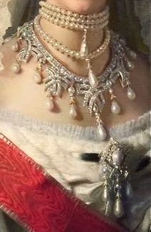 Maria Feodorovna diamond and pearl necklace with bow motif.