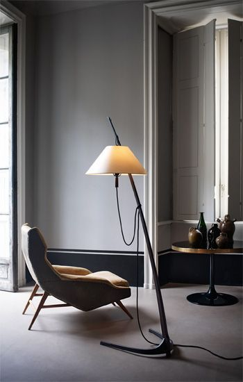 Beautiful atmosphere with these soft dark colors and the elegant lamp right in the middle!