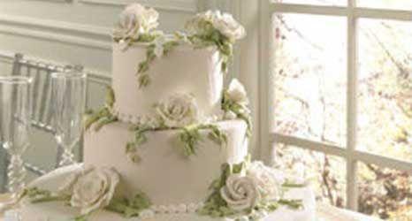 La Torta Nuziale  La Torta Nuziale ha il compito di chiudere, insieme ai confetti, tutto il ricevimento. È quindi una componente importate che non può assolutamente mancare! In quanto giusto il tempo di scorrere il menu nuziale, che i vostri invitati cominceranno a chiedersi che tipo di forma o gusto avete scelto per la vostra torta.