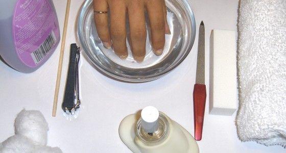 De klassieke handverzorging begint met het reinigen en bijvijlen van de nagels. Daarna worden de nagels in model gebracht en worden de nagelriemen naar achter geduwd. Daarna worden eventueel losse velletjes nog verwijderd en neem ik de tijd om de nagels mooi te polijsten. Als afsluiter worden de handen ingemasseerd met een speciale handcrème om de huid gladder en soepeler te maken.