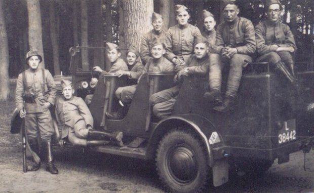 Een DAF/Ford PAG-trekker met militairen in opleiding voor de bediening van pantserafweergeschut. De militairen werden later aan achtereenvolgens het 16e Grensbataljon en de 2e Compagnie van het IIe Bataljon van het 35e Regiment Infanterie toegevoegd.