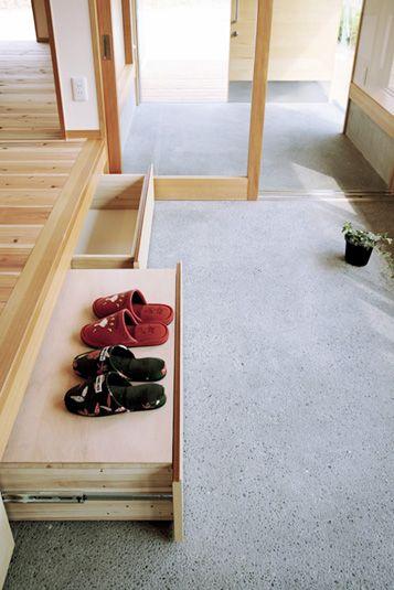 腰かける段差を利用して、収納スペース兼踏み台を設けました。 玄関から続く床は、小砂利洗い出し仕上げとしたことで、少々の土の汚れは気にならなくなります。この写真「土間」はfeve casa の参加建築家「高橋雅志/一級建築士事務所 高橋設計事務所」が設計した「掛川・里山に建つ家」写真です。「ナチュラル」に関連する写真で...