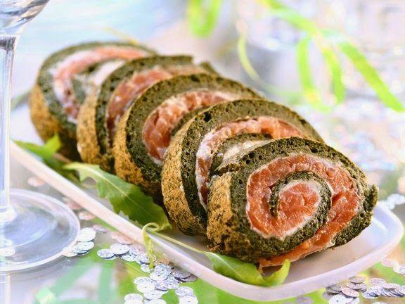 Новогодние рецепты. Аппетитную закуску для праздничного стола - рулет из копченого лосося с зеленью, вы сможете приготовить всего за 40 минут.