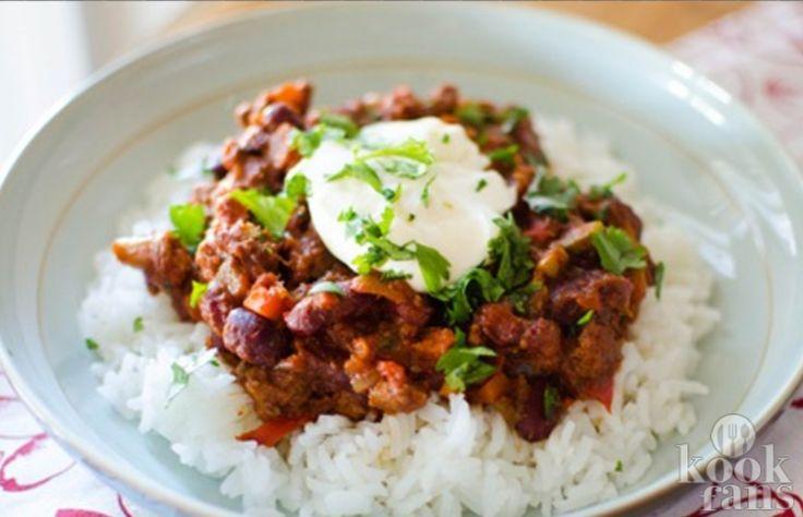 Chili con carne met een lekkere twist! In de wintermaanden hebben we vaak veel meer honger en hebben onze lichamen dan ook als vanzelfsprekend meer behoefte aan een goede en vullende maaltijd met daarin voldoende voedingsstoffen om ons warm te houden.  Deze chili con carne gaat je daar zeker bij