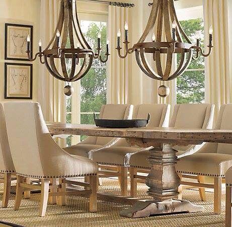 Comedor, arañas de hierro, mesa madera