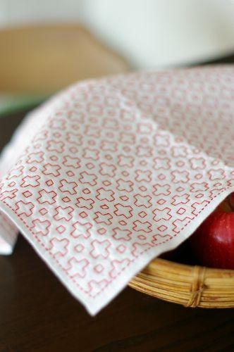 """花ふきん(十の木に霰) - 布こもの 種  Yokoさんの手で一刺し一刺し刺される刺し子。長い旅のようなその創造は、心のいらない機微も吸い取ってくれるんじゃないだろうか?「もったいないから使えない」の方が、もったいない。 cotton pique dishcloth - Yoko Mariko """"dishcloth"""" which YOKO makes is made all by hand. she finish all sewing it alone. creation is like the space."""