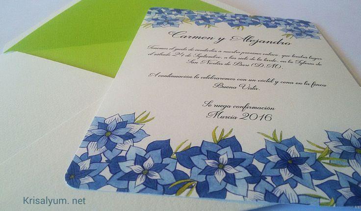 Invitación con flores en tonos azul pintadas en acuarela, de tamaño A5 con sobre forrado en verde pistacho todo hecho a mano.