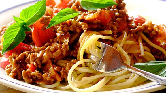 Resep sajian pasta dirumah hari ini, spaghetti dengan tuna chunk (suiran tuna) sebagai pengganti daging. Buat bunda yang ga doyan ikan, bisa diganti daging giling ya.. Silakan dicoba, resepnya sederhana dan rasanya dijamin bikin krucil dirumah lahap makannya. :)