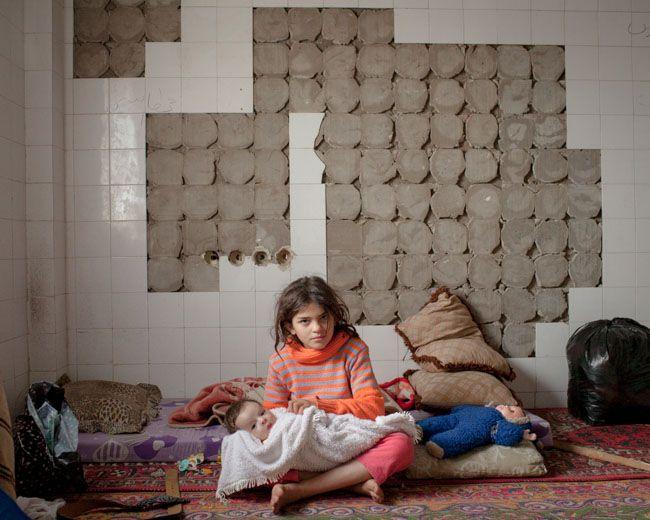 #SpeakUp4SyrianChildren Dans le quartier de Qenat Suwes, quelques déplacés venus de toute la Syrie ont trouvé un abri dans un ancien laboratoire vétérinaire en ruine auparavant géré par le gouvernement syrien (Qamishli, novembre 2012)   photographie, Lorenzo Meloni