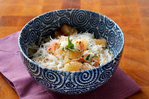 Como fazer uma salada leve com pamplemousse , camarões e macarrão de arroz.  Receita passo a passo.