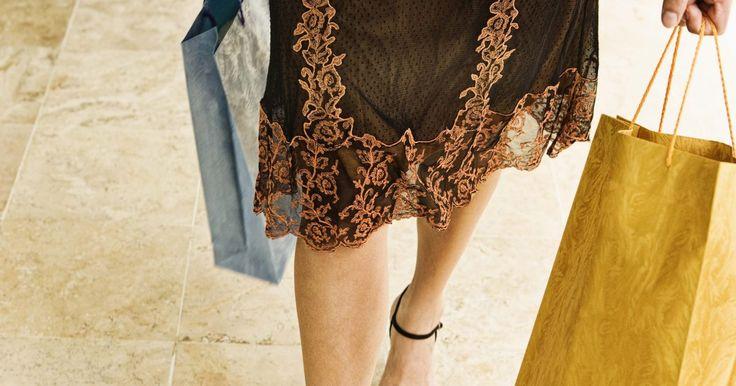 Como tratar as varizes com remédios alternativos. As varizes são uma condição circulatória das pernas. Os sintomas incluem veias das pernas de cor cinza ou azuladas, com aparência de teias de aranha, fraqueza nas pernas, queimação, inchaço e dor ou cólicas ao andar ou ficar em pé por longos períodos de tempo. Os fatores que contribuem para a causa desta condição incluem obesidade, gravidez, má ...