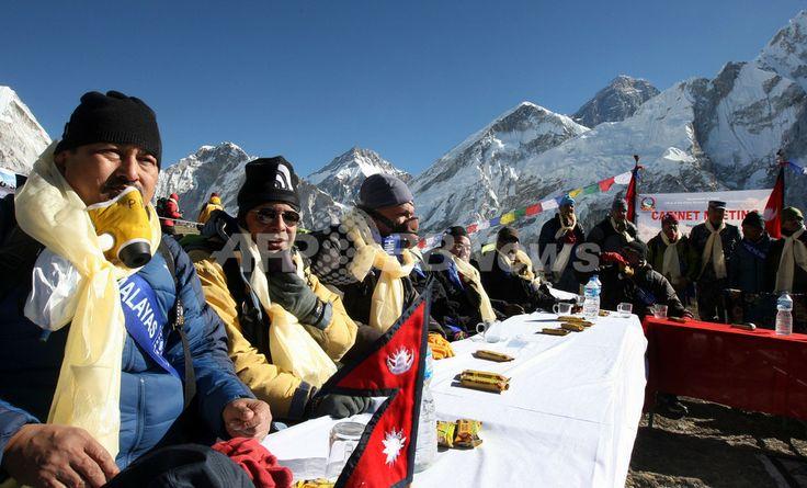世界最高峰エベレスト(Mount Everest)の標高5262メートルのカラパタール峰(Kalapattar Plateau)で閣議を開くネパール政府閣僚(2009年12月4日撮影)。(c)AFP/Prakash MATHEMA ▼4Dec2009AFP 標高5000メートルの「エベレスト閣議」実施、ネパール http://www.afpbb.com/articles/-/2671295 #Nepal #Mount_Everest #Kalapattar_Plateau #Everest #Chomolungma #Qomolangma