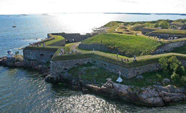 Suomenlinnaan päästäkseen on maksettava lauttalippu, mutta upeissa merimaisemissa kuluu helposti koko päivä. Alue on suosittu eväsretkikohde.