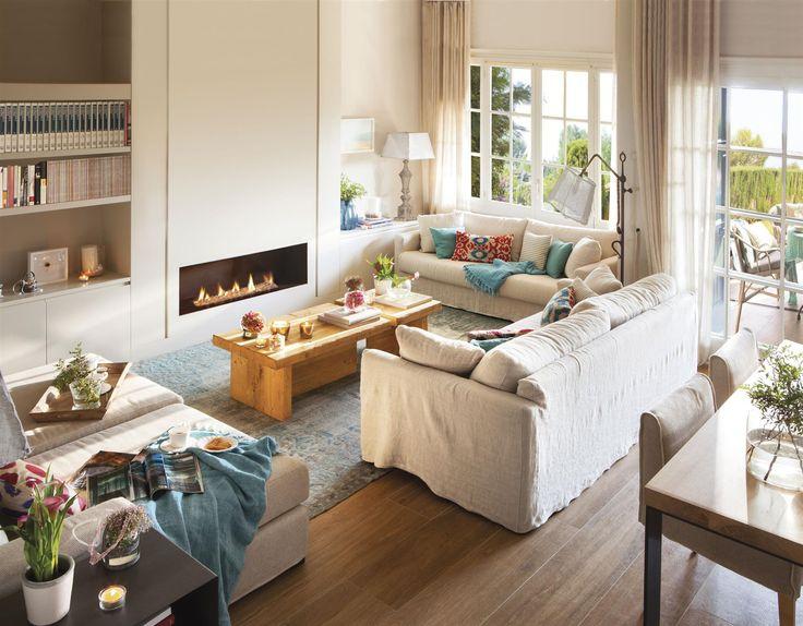 Salón con sofá blanco delante de una chimenea rectangular empotrada_00412648-2