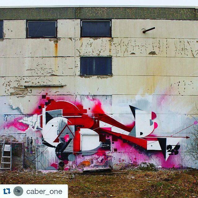 Grafisk inspiration!  #urbankonst #streetart #Repost #graphic #inspiration [syntolkning: grafisk graffiti på en husvägg i röd och rosa färgton] by urban.konst
