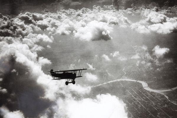 Un avion au-dessus des nuages à Dayton, Ohio (Juillet 1924)