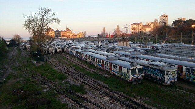 Haydarpaşa'da  hapsedilmis banliyö trenleri