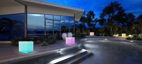 Awox SmartLight Ambiance Cube je dekorativní osvětlení a stoleček v jednom (nosnost až 120 kg). Krytí IP 67, LED zdroj, bezdrátové ovládání pomocí chytrého telefonu nebo tabletu, orientační cena 3597 Kč; Kreatek