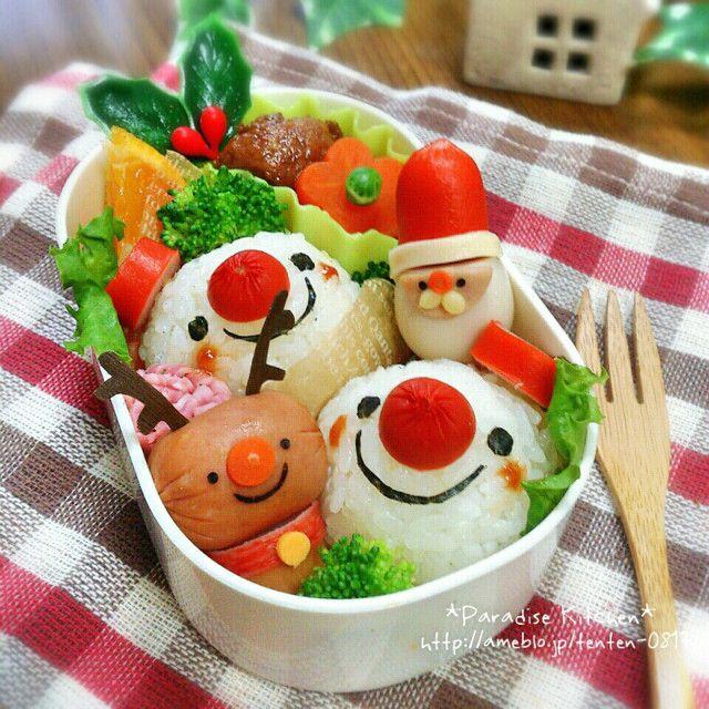出典:http://cookpad.com/a> ハロウィンが終わり、次はどんなデコレーションお弁当を作ろうかと悩んでいる方はいませんか?冬はお弁当デコにも力が入る季節。マネしたくなるアイデアを集めてみたので、ぜひ参考にしてみてください♪ 3段雪だるま 出典:http://tofo.me/p 3段に積み重なった雪だるまおにぎりが入ったお弁当。海苔でデコレーションするマフラーとボタンがかわいいですね。子どものお弁当にぴったりのデコアイデアです。 うずらの卵でサンタクロース 出典:http://tofo.me/p うずらの卵とウインナーを使ったサンタクロースです。思いつきそうで、なかなか思い付かないアイデアです。ウインナーで作ったトナカイもステキ!クリスマス気分をいっぱいに楽しめるデコレーションです。 カラフルで華やか 出典:http://tofo.me/p サンタクロースとトナカイ、雪だるまを一緒に楽しめるデコ弁です。カラフルな盛り付けもマネしたくなり...