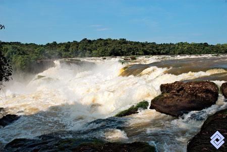 El raudal Jirijirimo es en realidad una catarata de más de 50 m de altura por la que fluye el río Apaporis.