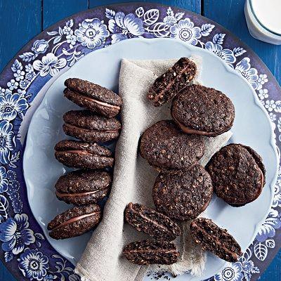 Hierdie koekies is propvol vesel en hawermout. Ek plak dit graag met gesmelte sjokolade opmekaar.