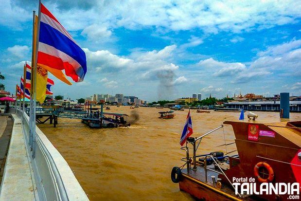 ¡El majestuoso Río Chao Phraya de Bangkok! Un caudaloso torrente de aguas llegadas desde el centro del país que divide la capital de Tailandia en dos. #tailandia #bangkok #chaophraya #rio #vacaciones #viajar http://www.portaldetailandia.com/rio-chao-phraya-bangkok/