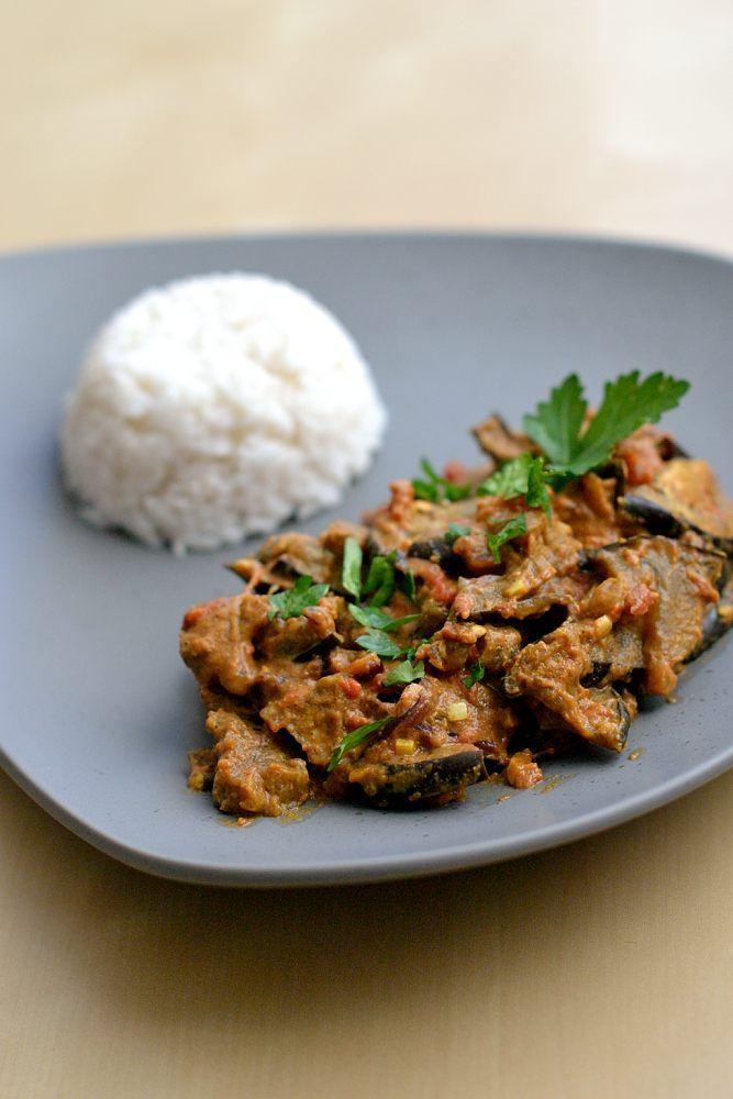 Indisches Auberginen-Curry Butterweiche Aubergine, intensive Gewürze und ein Klecks frischer Joghurt - ein Curry zum Verlieben. Einfach vegan machbar.
